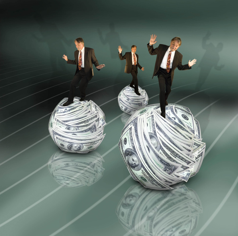 business-men-ruller-paa-penge (2)